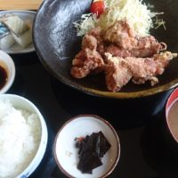 彦根の琵琶湖沿いにある和食お食事処 つるつる へ。揚げたてジューシーな唐揚げ定食を頂きました。