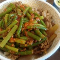 彦根ベルロードのすき家、期間限定のニンニクの芽牛丼を食べたらニンニクがけっこう効いてて美味しい!