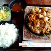 彦根城近くの定食屋さんコウゲで、鶏モモ肉の塩焼きと豚の生姜焼きのついたピラニア定食をいただく!