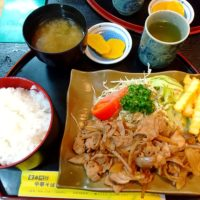 彦根の銀座商店街にあるミツワ食堂は昔ながらの定食屋さん。家庭的な豚の生姜焼き定食をいただく!